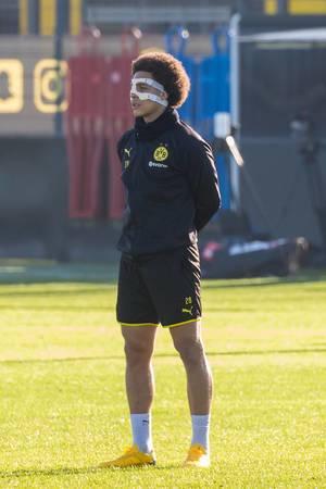 Belgischer Mittelfeldspieler Axel Witsel trägt eine Maske nach seinem Unfall im Dezember