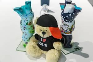 """Bemalte Berliner Bären und Teddy mit """"I love Berlin"""" Shirt als Wappentier-Souvenir aus der Hauptstadt"""