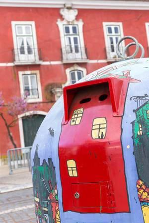 Bemalter Altglascontainer in Lissabon