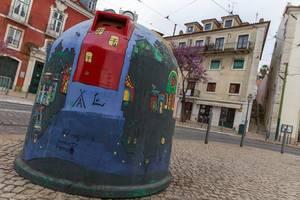 Bemalter Glascontainer in Lissabon, Portugal