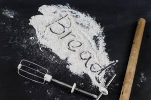 Bereit fürs Backen: Mehl und Backutensilien