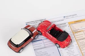 Bericht nach einem Verkehrsunfall zwischen zwei Autos
