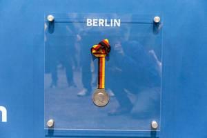 Berlin Marathon 2019 Medaille, in Erinnerung an Sportpionier Lutz Derkow