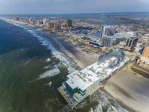 Berühmter Urlaubsort mit vielen Spielcasinos an der Atlantikküste in New Jersey, aus der Luft fotografiert