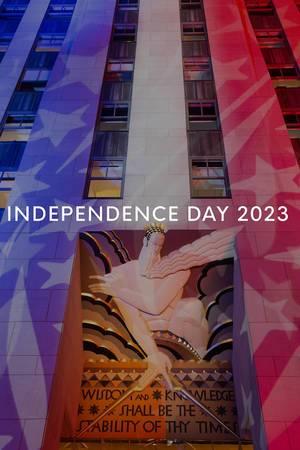 Berühmtes New Yorker Gebäude Rockefeller Center, erleuchtet während der Wahlnacht in den Farben der US-Flagge hinter dem Text Independence Day 2023
