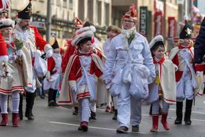 Besonders junge Mitglieder der Roten Funken beim Rosenmontagszug - Kölner Karneval 2018