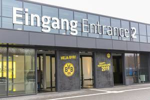 Besucher am Eingang der Westfalenhallen zur Jahreshauptversammlung des BVB 09 in Dortmund