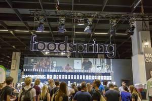 Besucher am Messestand von foodspring - FIBO Köln 2018