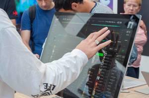 Besucher bedient einen Microsoft Surface Studio per Touchscreen