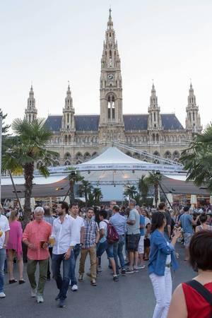 Besucher beim 28. Film Festival auf dem Wiener Rathausplatz