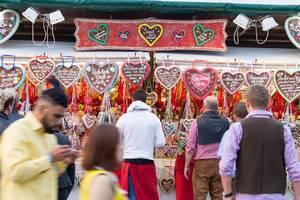 Besucher beim Kauf von Lebkuchenherzen - Oktoberfest 2017