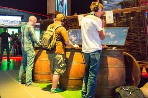 Besucher beim Zocken - Gamescom 2017, Köln