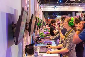 Besucher der Gamescom 2018 beim Zocken