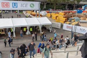 Besucher der Gamescom 2018 passieren die Eingangskontrolle