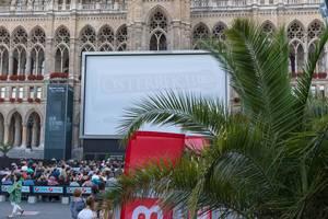Besucher des 28. Film Festival vor einer großen Leinwand am Wiener Rathauspaltz