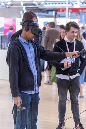 Besucher des Bits & Pretzels Festival in München testen VR-Brille