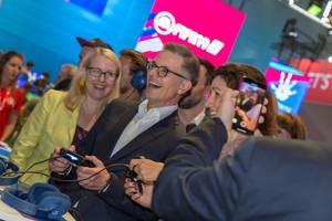 Besucher filmt Dorothee Bär beim Zocken auf der Playstation 4