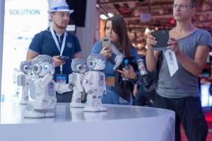 Besucher fotografieren die Roboter Qrobot Alpha von Lynx