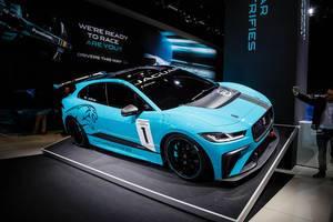 Besucher fotografiert das Konzept Electrifies von Jaguar ab