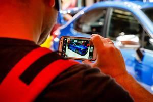 Besucher fotografiert das Modell WRX STI von Chevrolet