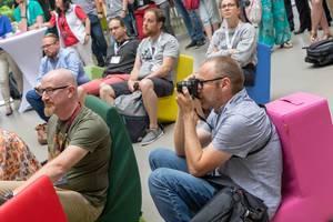 Besucher fotografiert die Vortragenden beim Barcamp 2018 Koblenz