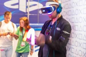 Besucher fuchtelt mit den PlayStation Move Kontrollern (PS4 VR) - Gamescom 2017, Köln