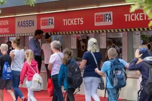 Besucher gehen an den Ticketschaltern auf der IFA 2018 vorbei