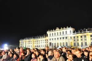 Besucher genießen klassische Musik im Schönbrunner Schlosspark