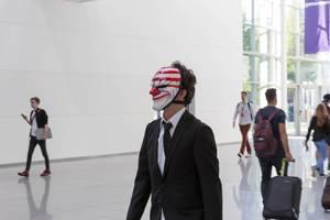 Besucher im Anzug und mit Joker-Maske - Gamescom 2017, Köln