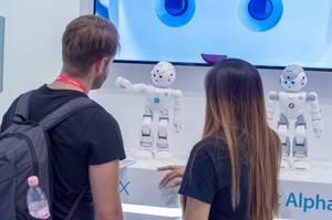 Besucher interagieren mit dem Lynx Roboter