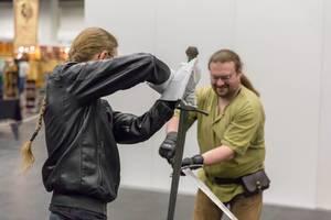 Besucher kämpfen mit LARP Schwertern
