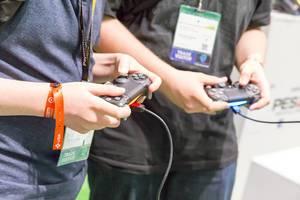 Besucher mit PS4 Kontrollern in Händen - Gamescom 2017, Köln
