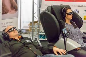 Besucher probieren Brainlight aus - FIBO Köln 2018
