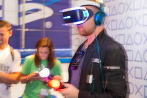 Besucher probiert das PS4 VR Set aus - Gamescom 2017, Köln