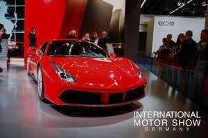 Besucher schauen sich das Ferrari-Modell 488 GTB bei der IAA 2017 an tbd