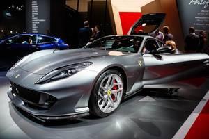 Besucher schauen sich das Ferrari-Modell 812 Superfast bei der IAA 2017 an
