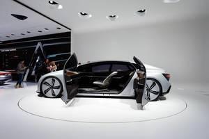 Besucher schauen sich das Konzept Aicon von Audi an