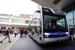 Besucher schauen sich das Konzept City Pilot 300 von Mercedes Benz an