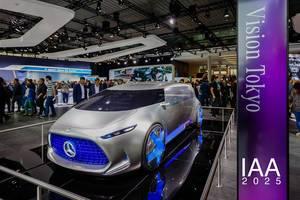 Besucher schauen sich das Konzept Vision Tokyo von Mercedes Benz an tbd