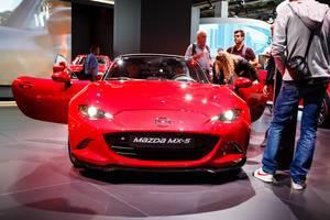 Besucher schauen sich das Mazda MX-5 Modell an