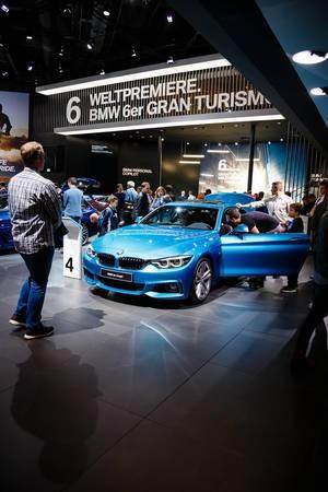 Besucher schauen sich das Modell BMW 4er Coupé an
