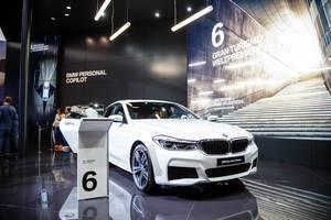 Besucher schauen sich das Modell BMW 6er Gran Turismo an