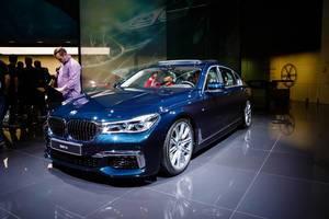 Besucher schauen sich das Modell BMW 7er an