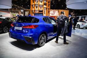 Besucher schauen sich das Modell CT 200h von Lexus
