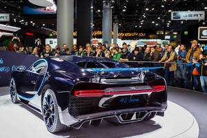 Besucher schauen sich das Modell Supersports 42 Seconds von Bentley an