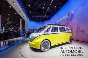 Besucher schauen sich das neue Konzept Buzz der I.D. Familie von Volkswagen an tbd