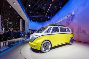 Besucher schauen sich das neue Konzept Buzz der I.D. Familie von Volkswagen an