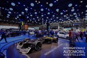 Besucher schauen sich das neue Konzept R.S. 2027 Vision von Renault an tbd