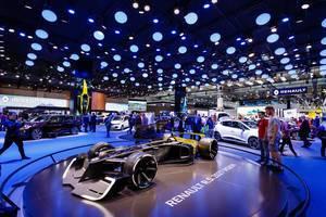 Besucher schauen sich das neue Konzept R.S. 2027 Vision von Renault an