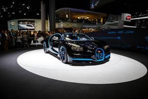 Besucher schauen sich den Bugatti Chiron zero-400-zero an bei der IAA 2017